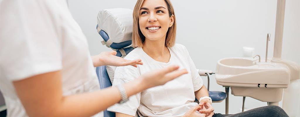 Zahnarzt erklärt Angstpatientin das Vorgehen