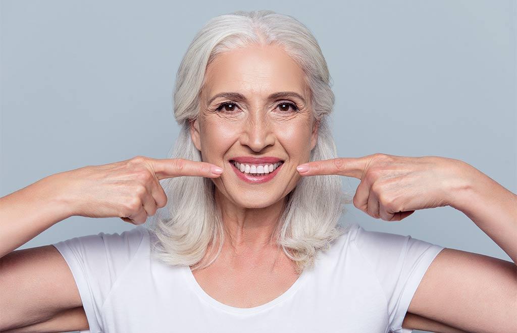 Frau lächelt nach dem Bleaching Ihrer Zähne