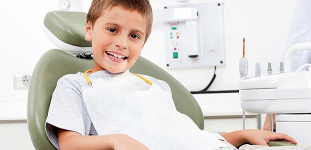 Lachender Junge beim Zahnarzt in Leonberg