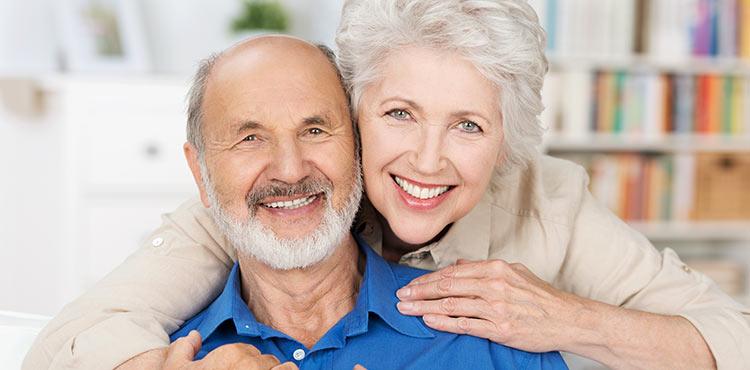 Glückliches älteres Paar nach der Wurzelbehandlung
