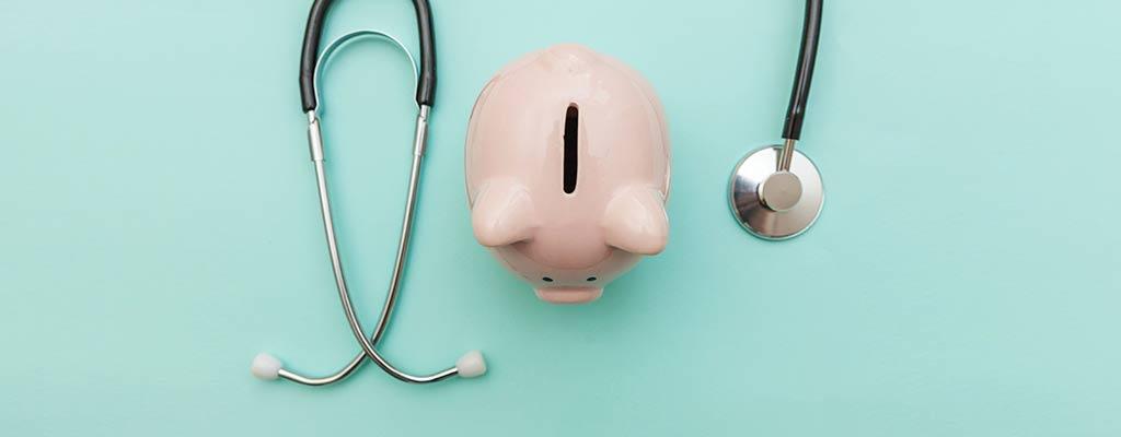 Stethoskop und Sparschwein. Werden Kassenpatienten anders behandelt als Privatpatienten?