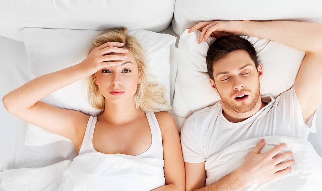 Schlaflose Frau leidet unter ihrem schnarchenden Mann in Leonberg
